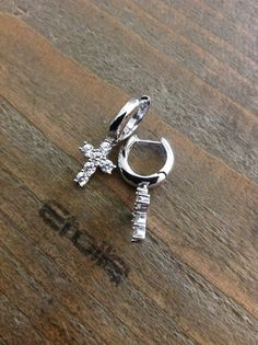 Orecchini ad anella con croce pendente di zirconi