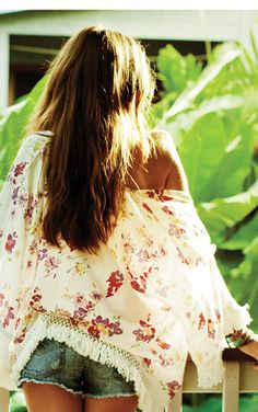 Floral kimono with fringe and cutoffs = PERFECTION