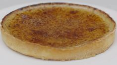 Een crème brûlée doet de harten van dessertliefhebbers altijd sneller slaan. Het is puur genot in een schaaltje. Jeroen ziet het een beetje groter en bakt daarom een hele crème brûlée-taart met een milde koffiesmaak. Je hoeft geen ervaren banketbakker te zijn om dit baksel op de tafel te zetten, en het potje koffie zal eens zoveel deugd doen. Ga gerust aan de slag en maak er de meest geslaagde koffieklets ooit van.