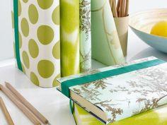 Mit Geschenkpapier oder Tapetenresten Bücher verschönern