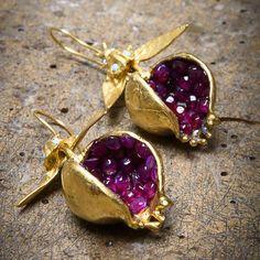 Grenade Design E Pomegranate Design Earrings - Bijoux Trends Bracelets Design, Jewelry Design, Gold Bracelets, Pomegranate Earrings, Gold Jewelry, Jewelry Accessories, Druzy Jewelry, Statement Jewelry, Jewelry Scale