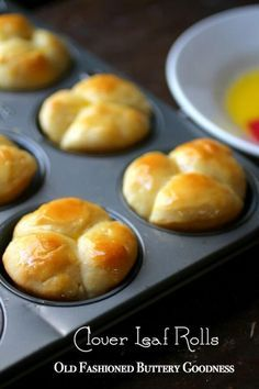 This old fashioned clover leaf rolls recipe make buttery, tender dinner rolls. They're super easy, too! Ready to make them? Just click through! RestlessChipotle.com