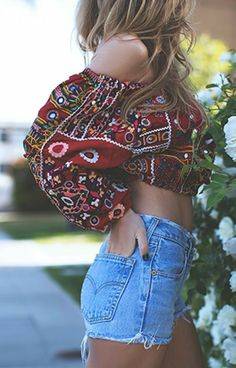 Tips to add that bohemian style into your wardrobe. Boho outfit ideas with tribal prints, patterns and accessories to complete the cute boho look! Festival Outfits, Festival Fashion, Casual Festival Outfit, Hippie Style, Look Fashion, Womens Fashion, Fashion Trends, Fashion 2018 Casual, Girl Fashion