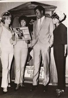 The Supremes L-R Florence Ballard, Mary Wilson and Diana Ross showing off their album A Bit Of Liverpool to Actor Sidney Poitier at the Brown Derby Restaurant in September 1965 My Black Is Beautiful, Beautiful People, Beautiful Things, Classic Hollywood, Old Hollywood, Diana Ross Supremes, Jazz, Vintage Black Glamour, Soul Music