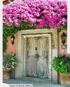 A marquise florida marca a porta principal transforma a fachada em uma obra de arte. em Bucerias México. Ad Pinterest/ arqdecoracao @arquiteturadecoracao @acstudio.arquitetura #arquiteturadecoracao #olioliteam #instagrambrasil #decor #arquitetura #bucerias #mexico