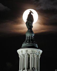 El fenómeno de superluna detrás de ña Estatua de la Libertad en Estados Unidos, 10 de Agosto del 2014