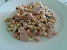 Sommersalat mit Wurst, Käse und Gemüse
