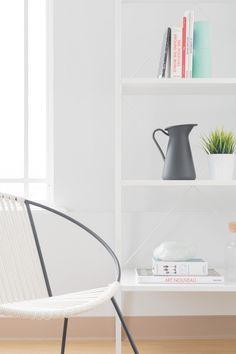Una silla y estantes. Dos accesorios modernos que nos gustan.