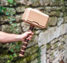 Mjölnir du dieu viking, fils d'Odin, Thor ! Cet objet est une reproduction décorative, il n'est donc pas recommandé de l'utiliser pour autre chose que de la décoration.  Il a fallut maîtriser plusieurs techniques pour ces résultats. Le tournage bois pour la réalisation du manche mais également de la sculpture et de la pyrogravure pour toutes les inscriptions présentes sur les chants-freins du Mjölnir mais également sur la partie haute de la masse. Thor, Reproduction, Tapas, Sculpture, Inspiration, Pyrography, Biblical Inspiration, Sculpting, Ox