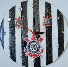 Relógio de Parede em Vinil de 30 cm de diâmetro de times com decoupage, craquelê e pintura. Aproveite, alem de ter um relógio lindo pra decorar sua casa, você está contribuindo com o meio ambiente! R$45,00