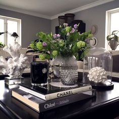 Coffee Table Styling, Cool Coffee Tables, Coffee Table Design, Decorating Coffee Tables, Coffee Table Books, Coffee Table Vignettes, Table Decor Living Room, Black Coffee Tables, Decoration Table