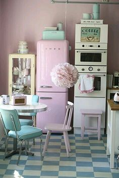 décode la déco : une cuisine vintage et pastel (PLANETE DECO a homes world) Pretty retro kitchen in pastel shades--and check out that checkered floor! Deco Retro, Retro Vintage, Vintage Party, Vintage Stuff, Vintage Oven, Vintage Classics, Vintage Room, Modern Retro, Vintage Vibes