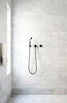 Badezimmer Ideen Mit Moderner Dusche Und Hellen Badezimmerfliesen Bäder  Ideen, Ebenerdige Dusche, Freistehende Badewanne