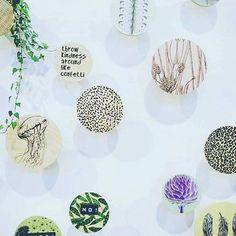 """Har du veggen til disse? Isåfall vil disse walldotsene være """"eyecandy"""" i hjemmet ditt. #interiørdesign #interiørtips #interiør123 #interior444 #interior123 #interiors #interior #tipstilhjemmet #eyecandy #danskdesign #decoration #dekorere #design #decor #knagg #knagger #wall #walldots"""