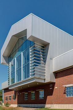 Sherwin-Williams' Coating Adds a Contemporary Look to the ISU Student Fitness and Recreation Center Metal Facade, Metal Panels, Metal Buildings, Innovative Architecture, Modern Architecture, Illinois State, Media Center, State University, Highlights