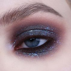 Sparkling but simple eyemakeup look with only 3 products .- Funkelnder, aber einfacher Eyemakeup-Look mit nur 3 Produkten., Sparkling but simple eye make-up look with only 3 products. Makeup List, Makeup Goals, Makeup Inspo, Makeup Inspiration, Hair Makeup, Makeup Ideas, Gray Eye Makeup, Makeup Quiz, Makeup Emoji