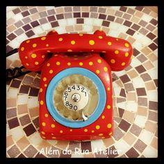 Toda vez que eu vejo esse telefone , mas me dá vontade de ter um!     Telefone pintado à mão by ALÉM DA RUA ATELIER/Veronica Kraemer, via Flickr