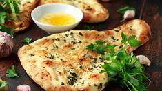 Jednoduché chlebové placky jsou díky jogurtu krásně nadýchané a šťavnaté. O dochucení se postará česnekové máslo a čerstvé bylinky. Naan Recipe, Flatbread Recipes, Plain Naan, Missi Roti, Tandoori Roti, Pain Au Levain, Garlic Naan, Garlic Butter, Cooking