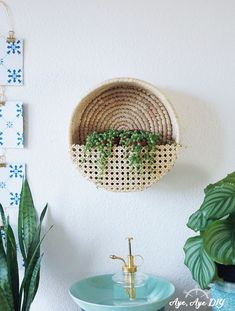 Ein Korb im Boho Style wird mit Wiener Geflecht kinderleicht zu einem hängenden DIY Pflanzenständer! Wiener Geflecht wird aus Rattan gemacht und mit dem Korb zu einer modernen DIY Deko Idee für dein Urban Jungle Zimmer. Im Blogpost zeige ich dir, wie du diesen Pflanzenhalter für z. B. Erbsenschnur Pflanzen ganz leicht selber machst: DIY Anleitung auf aye-aye-diy.com #zerowaste #upcycling #bohostyle #nachhaltigkeit Cute Presents, Diy Plant Stand, Aesthetic Room Decor, Diy Recycle, Boho Diy, Diy Interior, Making Ideas, Diy Furniture, Decorative Bowls