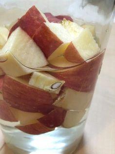 砂糖なしで酵素液をつくる  準備するもの   ・清潔な1.5L以上の瓶   ・無農薬のりんご 300g  ・浄水750cc  作り方   1.瓶は煮沸消毒か、ホワイトリカーで消毒しておく。  2.果物はりんごの場合皮ごと、柑橘類の場合皮は剥いて中果皮(白い皮)もなるべく取り除いてください。2センチ角に切ります。 りんごは無農薬のもの、レーズンならオイルコーティングされていないものを選ぶようにしてくださいね。  3.瓶に果物と浄水をいれます。  4.蓋をして常温で1週間程度おく。毎日瓶を振るなり、混ぜるなりしてください。  5.細かい泡がシュワシュワとし、果物が浮き上がってきたら完成です。濾して保存は冷蔵庫でしてください。