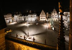 Place du Château, vue de nuit depuis la Cathédrale.   L'Acte Lumière