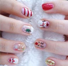 On big days, women are willing to dress themselves up. Then, every time you reach out your hands, every one will see your beautiful fingernails. And it's defined that you are a delicate woman. Chistmas Nails, Christmas Nails 2019, Xmas Nails, Christmas Nail Art, Holiday Nails, Red Nails, Winter Christmas, Elegant Nails, Stylish Nails