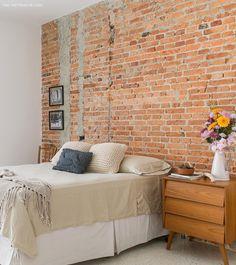 quarto aconchegante com parede de tijolinho e criado-mudo vintage - matéria em parceria com a boobam.com.br