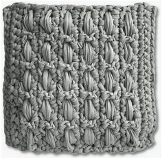 Zelf maken met TEXTIELGAREN - freubelweb Crochet T Shirts, Crochet Fabric, Crochet Cushions, Fabric Yarn, Crochet Home, Diy Crochet, Crochet Stitches, Crochet Patterns, Yarn Crafts