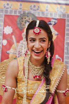 mehendi hairstyle , floral jewellery for mehendi , yellow sleeveless blouse… Online Wedding Planner, Indian Wedding Bride, Mehendi Outfits, Haldi Ceremony, Traditional Indian Wedding, Bridal Jewelry, Flower Jewelry, Jewellery Diy, Jewelery