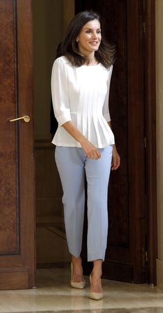 Queen Letizia Holds Audiences At Zarzuela Palace — Royal Portraits Gallery New Indian Dresses, African Fashion Dresses, Casual Dress Outfits, Classy Outfits, Fashion Outfits, Fashion Top, Kurta Designs Women, Blouse Designs, 1980s Fashion Womens