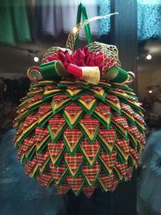 Bombeczka 20cm średnicy Diy Quilted Christmas Ornaments, Quilted Fabric Ornaments, Christmas Patchwork, Handmade Christmas Decorations, Christmas Sewing, Christmas Baubles, Holiday Ornaments, Christmas Wreaths, Christmas Crafts