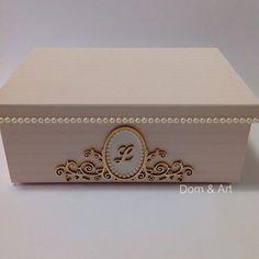 Caixa personalizada! Revestida com papel de parede, detalhes de pérola e arabesco dourado. ✨ Decoupage Box, Decoupage Vintage, Painted Boxes, Wooden Boxes, Jewellery Boxes, Jewelry Box, Sweet Box Design, Home Crafts, Diy And Crafts