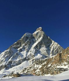 The Matterhorn is a big mountain. That's your travel fact for the day. @sovietsambo has caught it in a calmer mood. Perfect skiing conditions! #gapsnap #matterhorn #bluesky #blueskys #mountains #mountain #skiing #travel #travels #traveling #travelling #travelphotography #travelgram #instatravel #gapyear #backpacking