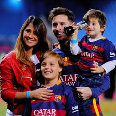 Lionel Messi of Barcelona celebrates with his wife Antonella Roccuzzo and children after winning the Copa del Rey Final between Barcelona and Sevilla at Vicente Calderon Stadium on May 2016 in Madrid, Spain. Antonella Roccuzzo, Fc Barcelona, Messi And His Wife, Messi Y Antonella, Ballon D Or Winners, Shakira Y Pique, League Champions, Lionel Messi Wallpapers, Soccer