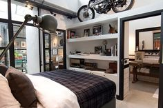 slaapkamer met inbouwkasten en motor