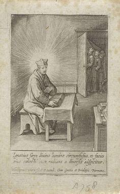 Hieronymus Wierix   Ignatius van Loyola omgeven door goddelijk licht, Hieronymus Wierix, 1611 - 1615   Ignatius van Loyola zit in zijn studeervertrek aan een tafel te lezen in een boek. Hij is omgeven door goddelijke stralen. Twee mannen en een vrouw kijken naar hem vanuit de deuropening. In de marge een tweeregelig onderschrift in het Latijn.