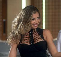 Figurinista Gogoia Sampaio diz que o traje da loira é sexy e está na moda; veja também os looks de Helô e Analu