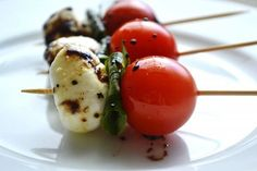 Caprese Salad Skewers are a simple appetizer that involve cooking. Everyone loves caprese salad! Caprese Salad Skewers, Salade Caprese, Tomato Caprese, Tomato Salad, Appetizers For Party, Appetizer Recipes, Caprese Appetizer, Baby Shower Appetizers, Simple Appetizers