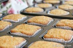 """El otro día aprendimos a preparar pan sin gluten, y esta vez vamos a hacer algo dulce. Las magdalenas sin gluten son tan fáciles de hacer como las magdalenas """"normales"""", sólo hay que asegurarse de que [...] Gluten Free Desserts, Gluten Free Recipes, Cupcake Cakes, Cupcakes, Healthy Snacks, Dairy Free, Muffin, Food And Drink, Gluten Free"""