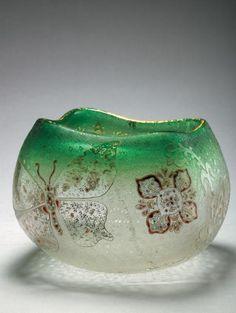DAUM Nancy Papillon et insectes volants 1892 Vase en verre translucide givré et granité à ouverture quadrilobée frottée à l'or, orné d'un grand papillon aux ailes déployées, d'insectes et de fleurons… - Millon - 11/06/2007