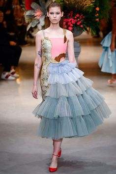 The complete Viktor & Rolf Spring 2017 Couture fashion show now on Vogue Runway. Haute Couture Style, Couture Mode, Spring Couture, Couture Fashion, Juicy Couture, Fashion 2017, Fashion Art, Runway Fashion, High Fashion