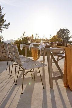 💛 MODERN NATURAL: bestaat uit meubels, textiel, verlichting en decoratie vervaardigd uit trendy materialen. Denk hierbij aan gevlochten rotan, bouclé of Marokkaanse printjes. Bekende Westwing favorieten krijgen een design update en gloednieuwe ontwerpen worden toegevoegd. Onze inspiratie? De ontspannen, inspirerende sfeer van de zonnige kust van Ibiza! // Interior Furniture Kleurrijk Zomers Accessoires Home Bank Terras Balkon Tuinmeubels Tuin Outdoor Inspiratie #interieurstyling Skandinavisch Modern, Big Ben, Ibiza, Outdoor Tables, Outdoor Decor, Simple Living Room, Decoration, Outdoor Furniture Sets, Terrazzo