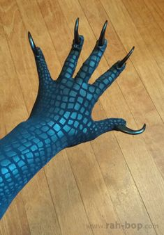 Clawed Glove Tutorial i. How to make yourself some bird hands out of a pair of tights. Gargoyle Costume, Bird Costume, Dragon Costume, Wolf Costume, Cosplay Tutorial, Cosplay Diy, Cosplay Outfits, Cosplay Ideas, Casual Cosplay