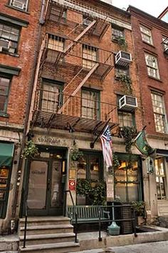 The Dead Rabbit Grocery and Grog embodies the conviviality of Old New York and the Irish-American tradition.