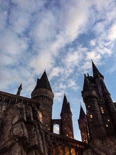 hogwarts at night Harry Potter Tumblr, Harry Potter Pictures, Harry Potter Cast, Harry Potter Movies, Harry Potter Fandom, Harry Potter Hogwarts, Harry Potter Background, Desenhos Harry Potter, Slytherin Aesthetic