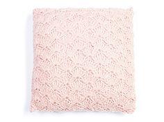Kussen in schelpsteek Crochet Blanket Edging, Crochet Cushions, Crochet Pillow, Crochet Home, Knit Crochet, Diy Accessoires, Free Pattern, Pillow Covers, Crochet Patterns