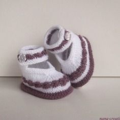 """Chaussons, chaussures, babies de bébé en  laine, tricotés ,bouton fimo assorti, """"blanc, lie de vin """" 0/3 mois."""