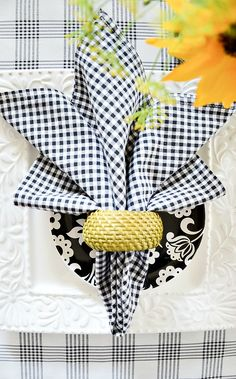Easy napkin folds for cloth and paper napkin for summer entertaining! You can do every single napkin fold! Make summer easy and pretty with these super fun, attention grabbing napkin folds! It's as easy as 2 Get out those cloth napkins and use the! Linen Napkins, Cloth Napkins, Paper Napkins, Napkin Ring Folding, Napkin Rings, Folding Napkins, How To Fold Towels, How To Fold Napkins, Tablescapes