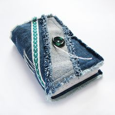 The soft journal is made of recycled blue denim fabric. Approximately 240 pages sheets) of upcycled assorted white, cream and blank paper, lined paper, vintage maps, pages from sheduler. Jean Crafts, Denim Crafts, Handmade Journals, Handmade Books, Jeans Fabric, Denim Ideas, Fabric Journals, Recycled Denim, Blue Denim Jeans