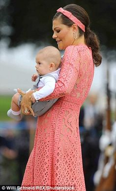 Crown Princess Victoria with son Prince Oscar attends the christening of Prince Alexander of Sweden at Drottningholm Palace Chapel on September 2016 in Stockholm, Sweden. Princess Sofia Of Sweden, Princess Victoria Of Sweden, Crown Princess Victoria, Prince Carl Philip, Prince Daniel, Royal Look, Royal Style, Princesa Victoria, Victoria Prince